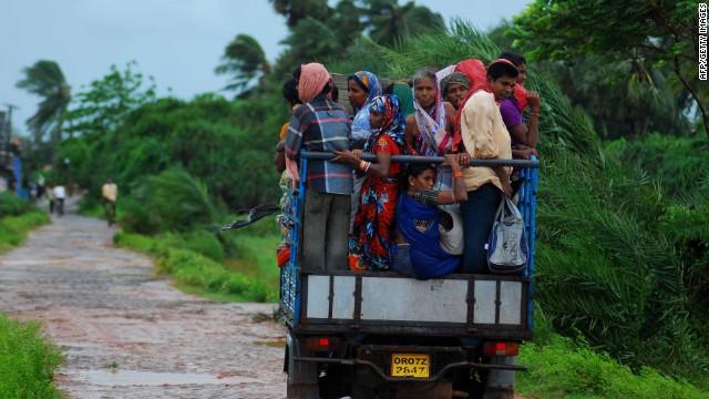 Cyclone lashes India's east coast