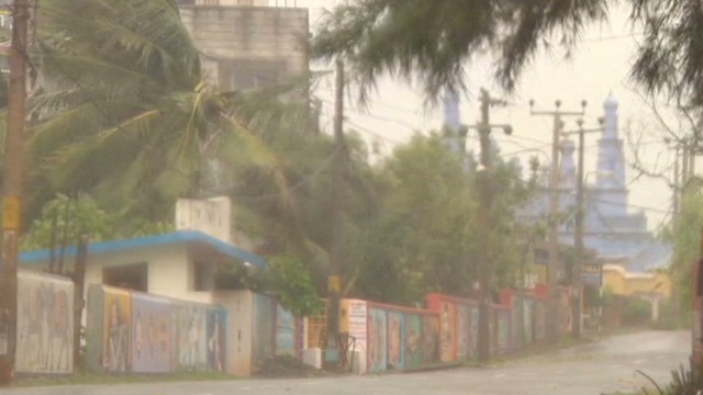 Cyclone slams India's east coast