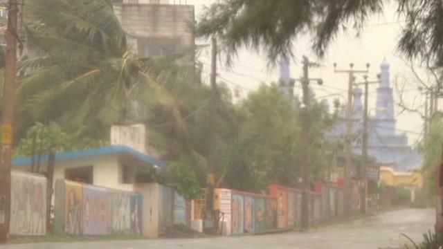 Cyclone slams India's east coast