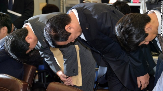 Mizuho Financial Group chief executive Yasuhiro Sato apologizing for loans to gangsters in Tokyo on October 28.