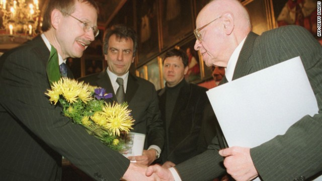 Stanislaw Lem (right) received an honorary degree from Bielefeld University.