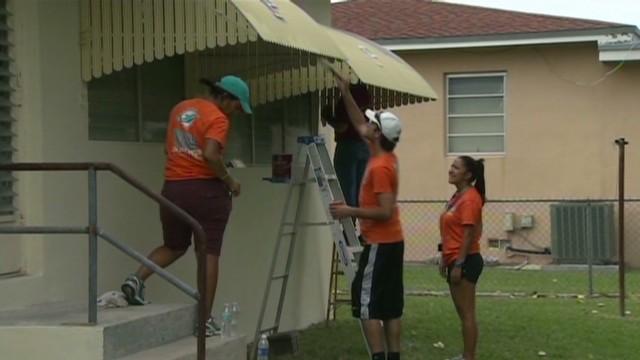 Helping veteran rebuild home Cuomo good stuff Newday_00004024.jpg