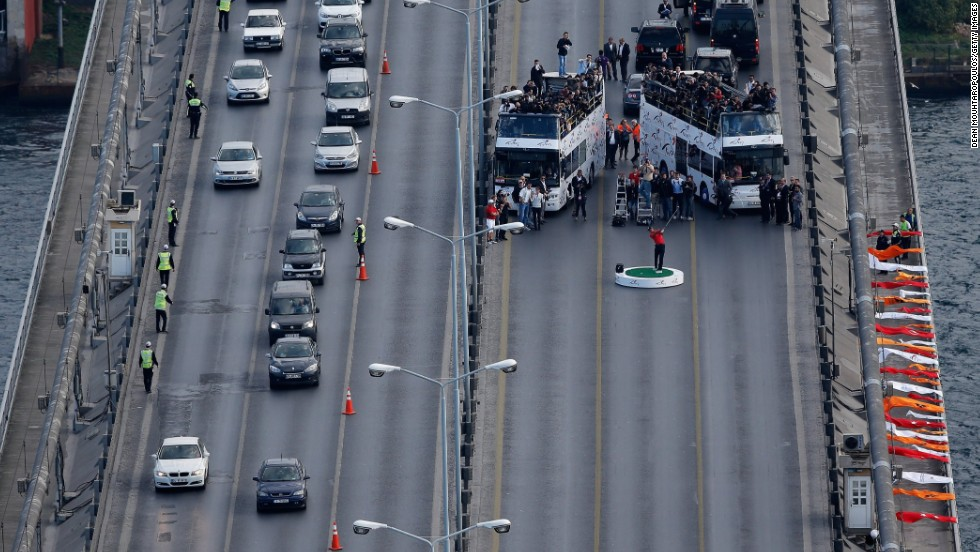 Police agreed to stop traffic on one side of the bridge for 30 minutes, with many catching a glimpse of 14-time major winner Woods as they drove across the Bosphorus.