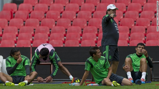 Mexican national football team team coach Miguel Herrera (2nd R) talks to his players during a training session on November 12, 2013 in Mexico City. Mexico will face New Zealand in Mexico City next November 13 in a playoff qualifier match for the FIFA World Cup Brazil 2014