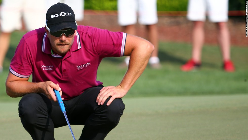 Henrik Stenson lined up all his shots almost perfectly Friday. He didn't hit a bogey and struck eight birdies on the Earth Course at Jumeirah Golf Estates.