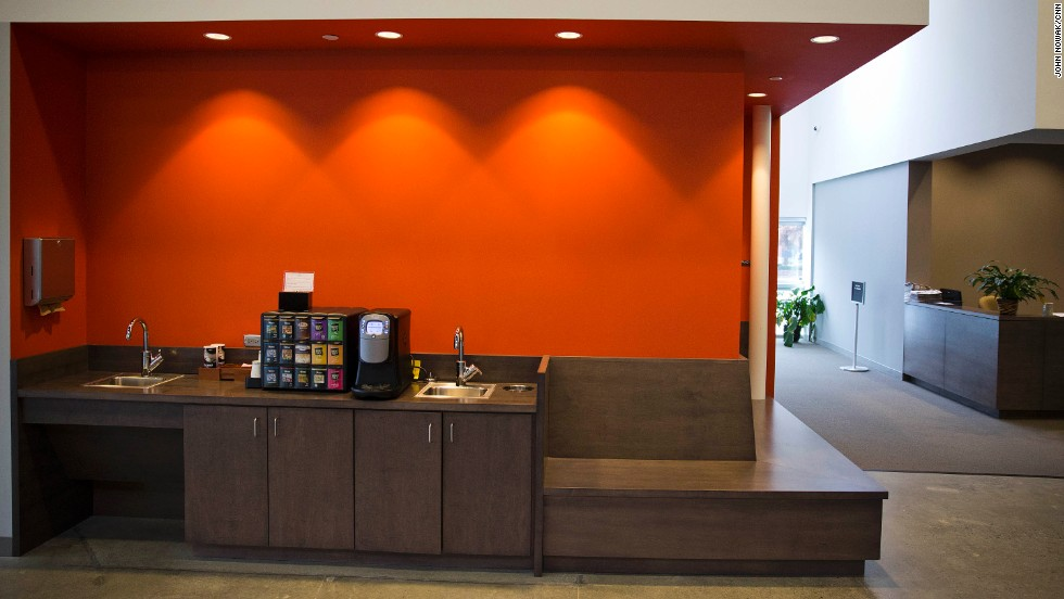 A small coffee bar is part of the meeting area near the entrance to the synagogue. Congregation members wanted the entryway to feel warm and welcoming, like a hotel lobby.