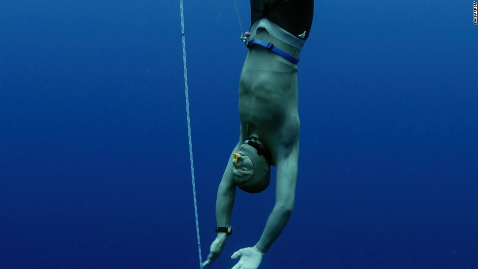 Freedivers are extreme athletes. They descend more than 100 meters -- the equivalent of a 30-storey building --without using an oxygen tank.