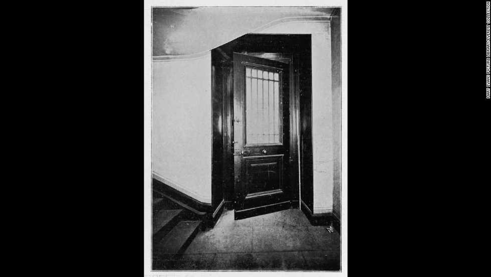 Peruggia encountered a locked door as he tried to leave through the Visconti courtyard. He desperately removed the doorknob, to no avail. Then a plumber who was passing by opened the door with a key.