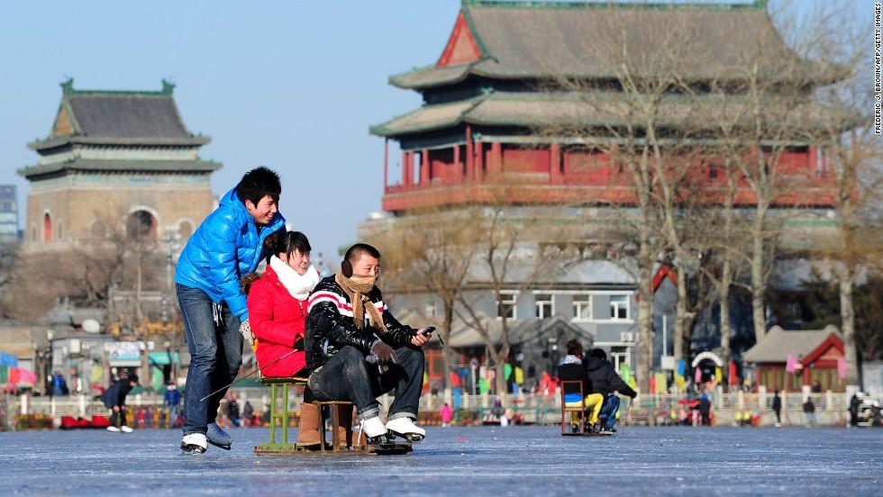 El lago Shichahai en realidad consiste en tres lagos conectados: lago Qianhai (lago frontal), lago Houhai (lago trasero) y lago Xihai (lago al oeste). Rodeada de arquitectura histórica, la pista exterior cuenta con sillas de hielo y bicicletas de hielo disponibles para alquilarlas.