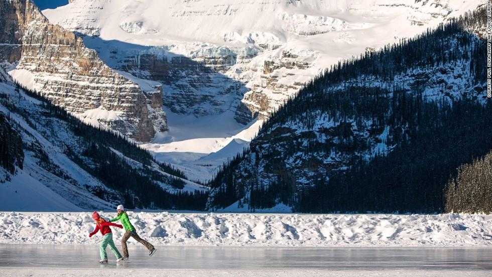Montañas cubiertas de nieve rodean un lago glaciar... no es en vano que el lago Louise aparezca en tantas postales canadienses. El viaje en auto hacia el lago Louise toma dos horas desde Calgary, el aeropuerto principal más cercano, pasando por las Montañas Rocosas. La pista de patinaje sobre hielo gratuita cuenta con un refugio con calefacción.