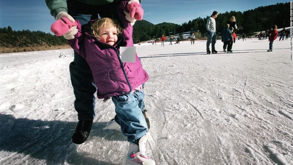 A 30 minutos del centro de Denver, esta sección de hielo de 8,5 acres cuenta con 11 pistas de hockey y una enorme área para patinar. Pinos cubiertos de nieve decoran la cercana montaña Evergreen. El Evergreen Lake House ofrece chocolate caliente y tentempiés al lado de una chimenea de piedra.