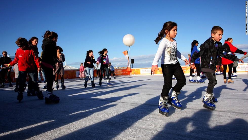 Nunca cae nieve en Sídney, pero durante sus meses de invierno de junio y julio, la playa Bondi abre una pista de hielo al lado del surf. Se trata de la pista de patinaje exterior más grande del hemisferio sur; atrae más o menos 30.000 visitantes al año.