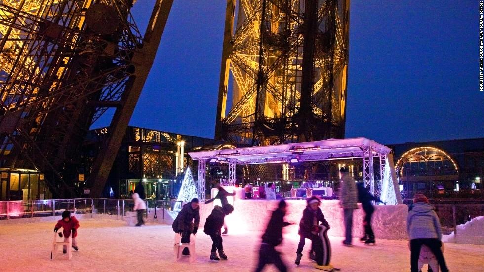 La pintoresca pista de París estará cerrada este año debido a que se están llevando a cabo remodelaciones del primer piso de la torre, pero volverá a abrir el próximo año. La pista del primer nivel está ubicada a más o menos 60 metros sobre el parque Champ de Mars y se incluye en el pago por la entrada a la torre. Se inauguró en 1969, y fue renovada y reinaugurada en 2004. Es posible alquilar patines en el lugar.