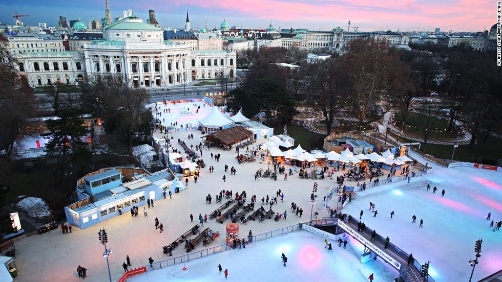 Un par de grandes pistas de hielo conectadas por pequeños senderos se combinan para crear una pista de 6.000 metros cuadrados frente al Ayuntamiento de Viena. Casetas dispersas por el parque que rodea la pista ofrecen alimentos y bebidas austríacas.