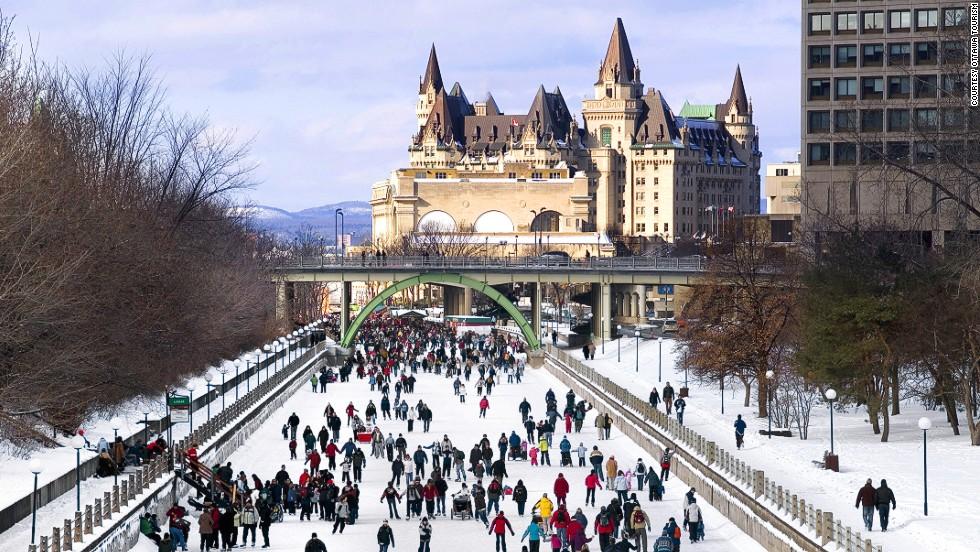 Declarado patrimonio cultural de la humanidad por la UNESCO, Rideau Canal es una pista de patinaje por placer, pero también es una vía utilizada por viajeros que se dirigen al trabajo, a la escuela y de compras. La pista natural se extiende por 7,8 kilómetros y pasa frente a los edificios del parlamento de Canadá.