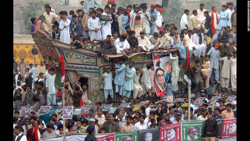 Supporters of Bhutto gather during a campaign against President Pervez Musharraf in Larkana on December 23, 2007