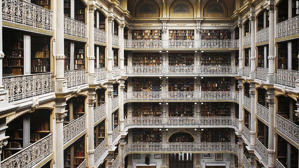 & Lt? Em & gt? Η Peabody Βιβλιοθήκη, Βαλτιμόρη, ΗΠΑ & lt? / Em & gt? & Lt? Br / & gt? & Lt? Strong & gt? & Lt? Br / & gt? Will Pryce & lt? / Strong & gt ;: & quot? Αυτό είναι ένα εξαιρετικό χώρο, ένα ναό για να το βιομηχανικής εποχής που δημιουργεί μια σχεδόν καθεδρικό ναό-όπως επίδραση.  Υπάρχουν χιλιάδες βιβλία όπου κι αν κοιτάξουμε και πανέμορφο περίτεχνα κιγκλιδώματα.  Παρ 'όλες τις κλασικές λεπτομέρειες που & # 39? S πραγματικά κατασκευασμένο από σίδηρο και εκτείνεται το βάρος αυτής της τεράστιας βιβλιοθήκης πάνω από την αίθουσα συναυλιών κάτω & quot?. & Lt? Br / & gt?