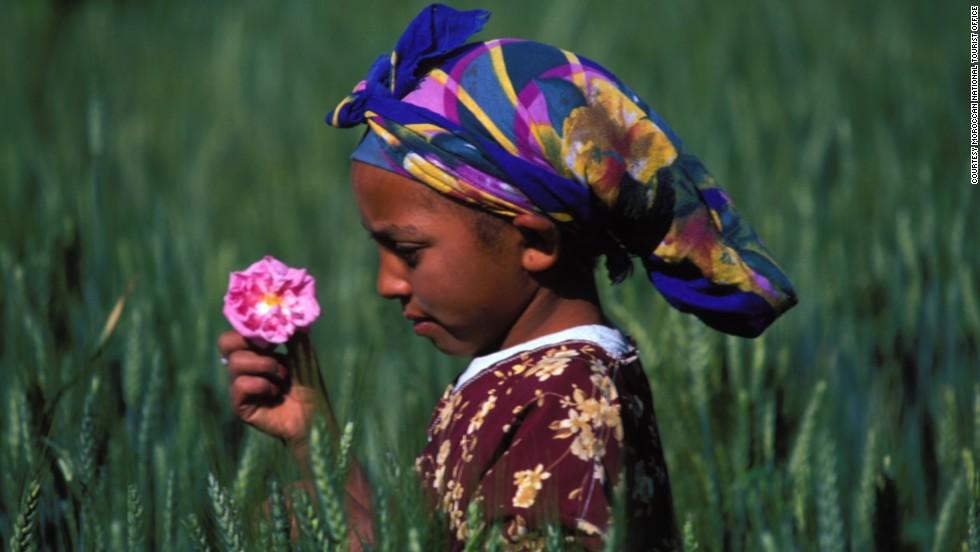 Each year, around 20,000 people visit the Festival of Roses in the town of El-Kelaâ M'Gouna .