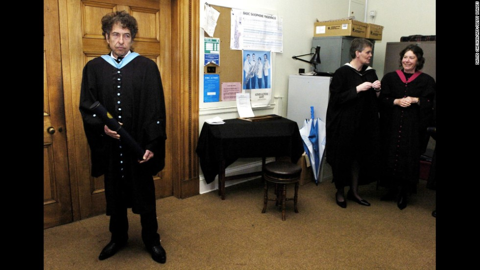Dylan poses for photos at the University of St. Andrews after he received an honorary degree at the Scottish school in 2004.
