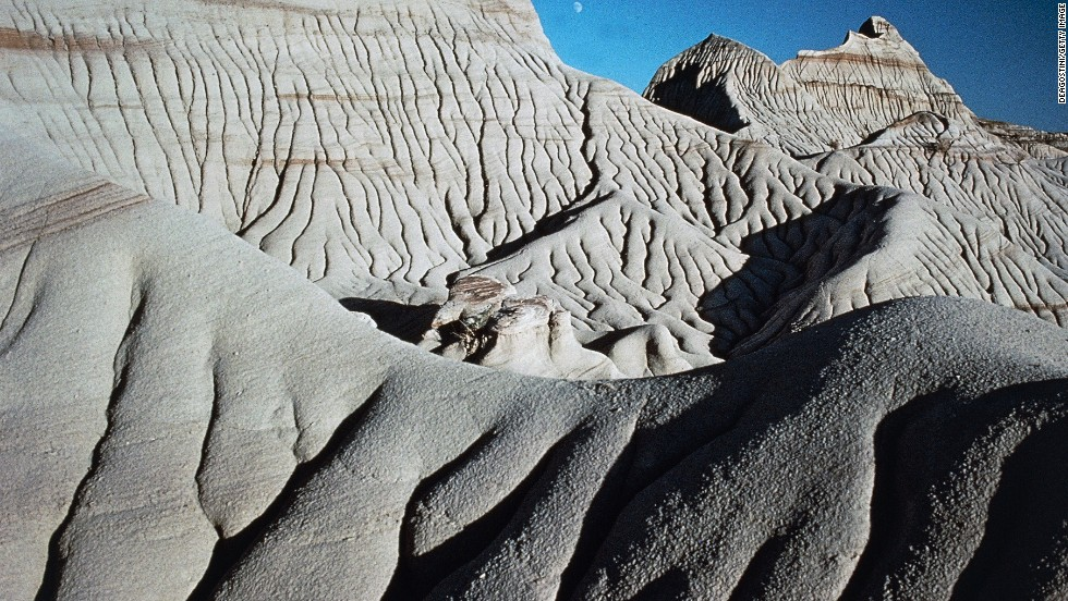 Sandstone formations make up the badlands of Dinosaur Provincial Park in Alberta, Canada.