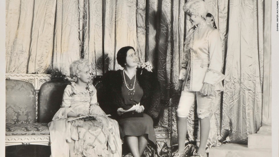 Princess Elizabeth (R) confers with the Queen Mother (C) and Princess Margaret on set in 1941.