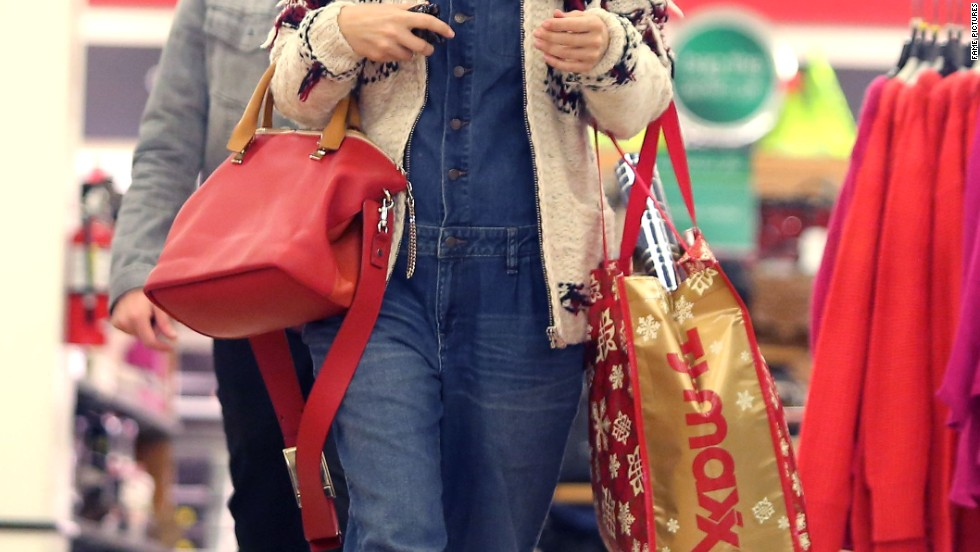 Rachel Bilson hunts for holiday bargains on December 4.