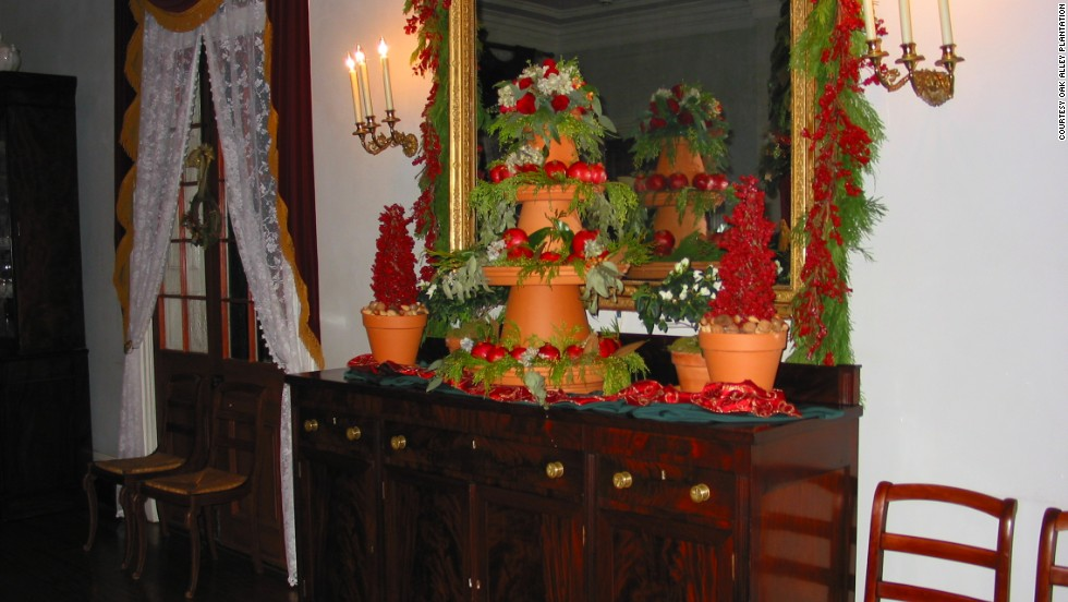 Oak Alley is decorated with holiday floral arrangements, greenery and fresh fruit, echoing the Louisiana traditions of Christmases past.