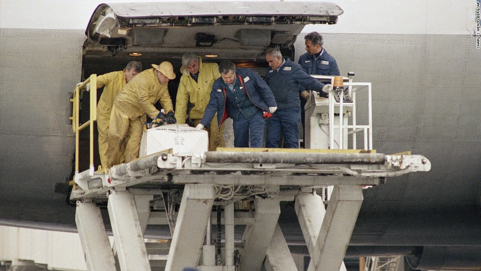 The body of Kenneth Raymond Garczynski, of North Brunswick, New Jersey, is removed from a plane December 28, 1988, at JFK Airport. Garczynski was the first of the 189 Americans killed in Flight 103 to be returned.