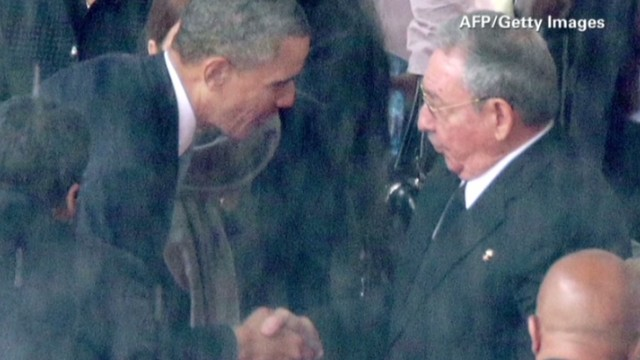 ac breaking down the obama castro handshake_00024908.jpg