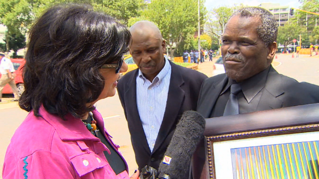 Amanpour joins crowd mourning Mandela