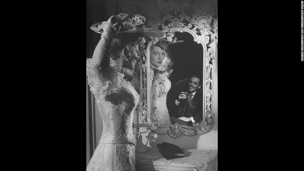 """Fontaine appears in a scene from """"Ivy"""" with actor Richard Ney in 1947."""