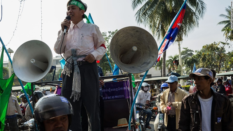 A union leader talks to tuk-tuk drivers and informal workers in front of the Ministry of Finance on December 29, 2013 in Phnom Penh.