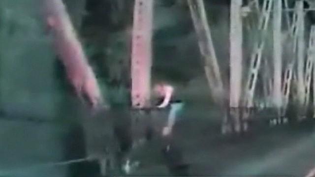 woman jumps off bridge earlystart _00001419.jpg