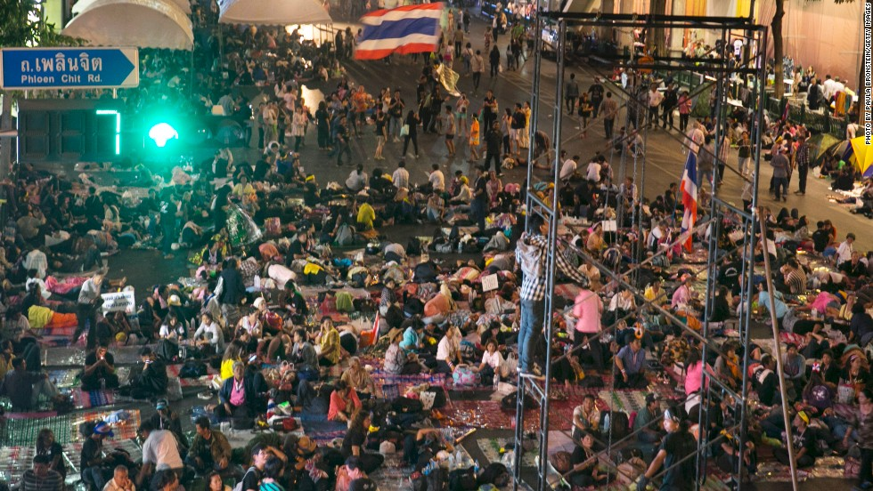 Anti-government protesters begin to occupy major intersections that were shut early Sunday evening in a major shopping district on January 12, 2014 in Bangkok, Thailand.