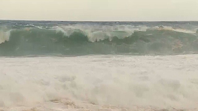 Swells tumbling into Hawaiian coast