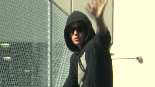 Bieber leaves jail, gives a wave to fans