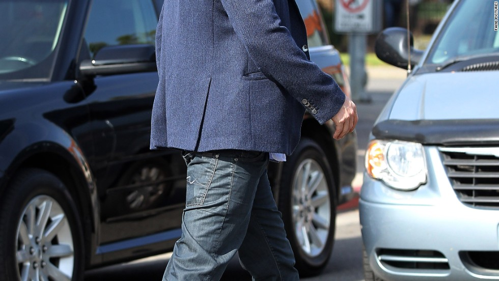 Ben Affleck power walks to a power lunch on January 23.