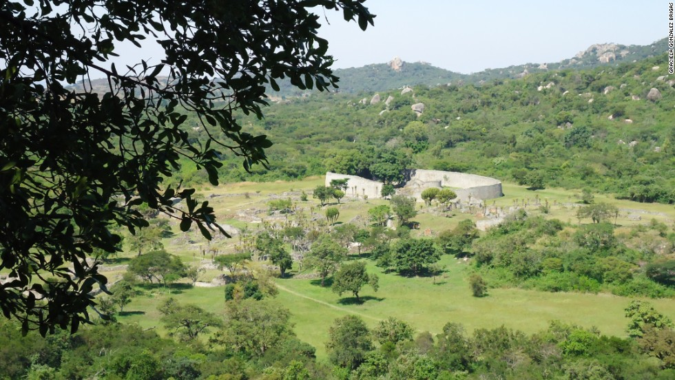 The archeological remains of Great Zimbabwe are divided in three main zones: the Hill Complex, the Great Enclosure and the Valley Ruins.