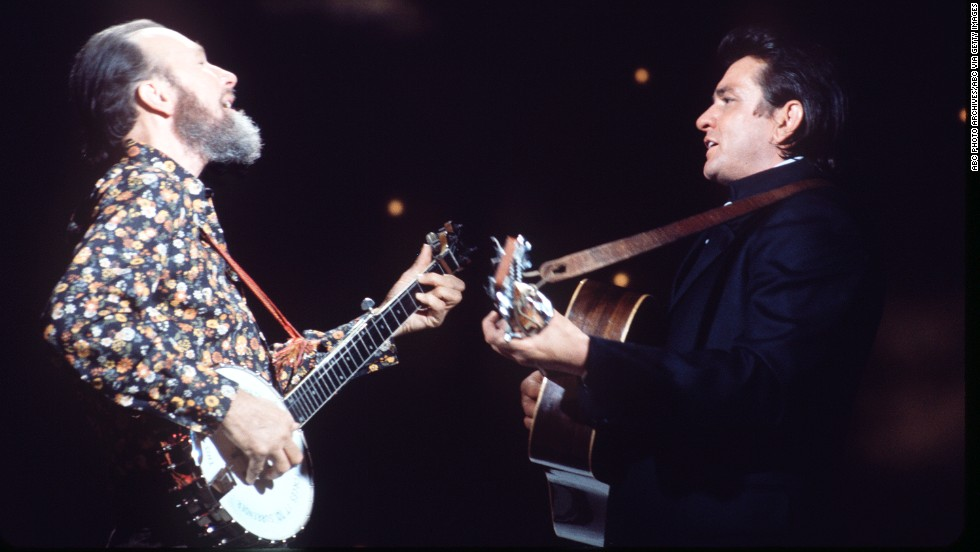"Seeger appears with Johnny Cash on ""The Johnny Cash Show"" in 1970."