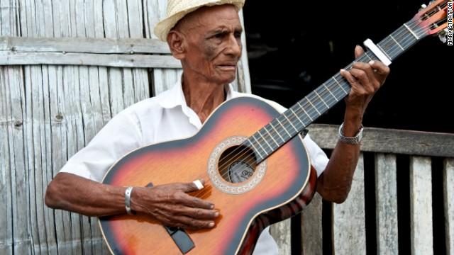 Balladeer Alejandro Diaz-Lopez welcomes Tren Crucero passengers with song.