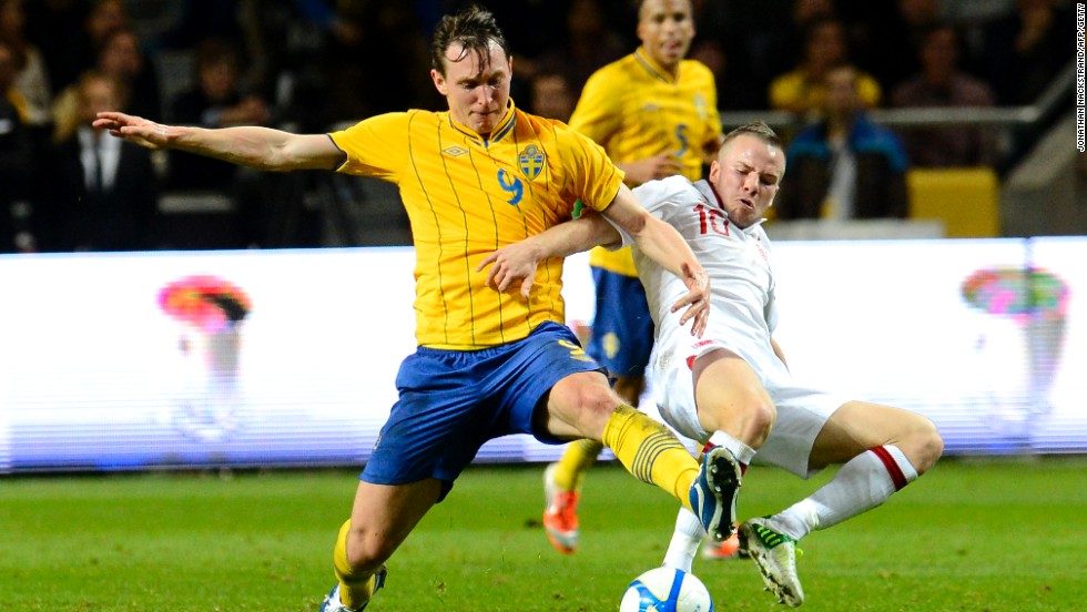 Kim Kallstrom in action for Sweden against England and he will now ply his trade in the English Premier League with Arsenal, who are battling Man City and Chelsea at the top for the title.
