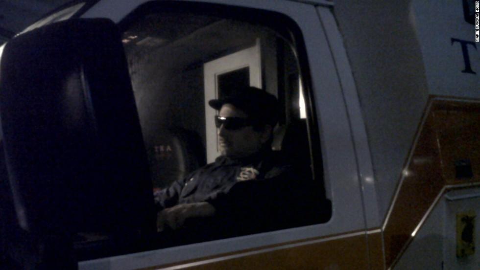 Un hombre fue velado sentado en una ambulancia en 2010.