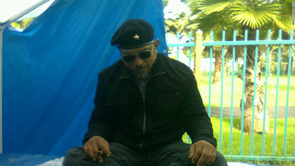 El cadáver de un hombre fue velado sentado en 2011.