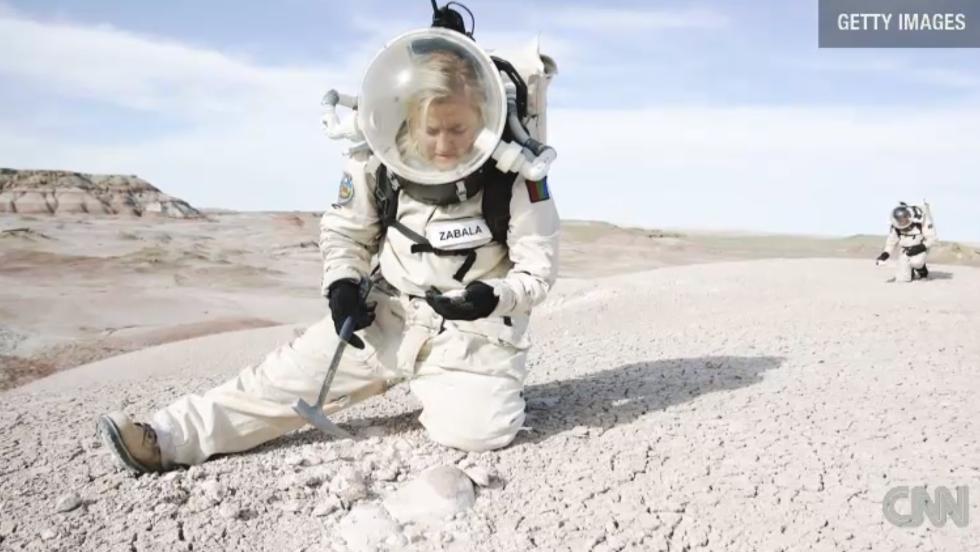 Veronica Ann Zabala-Aliberto, de la Universidad de Arizona, prueba un traje espacial en Utah.
