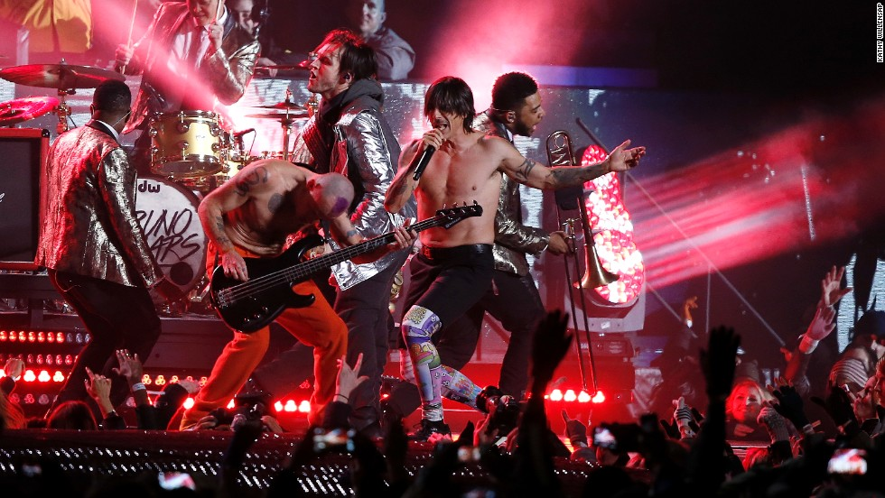 "Los Red Hot Chili Peppers se unieron a Bruno Mars en el escenario para una interpretación de ""Give It Away."""