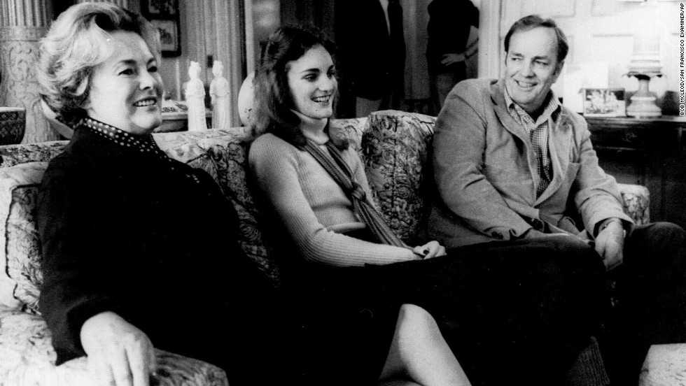 Hearst was released on bail on November 19, 1976, while her attorneys appealed her case.  Here, she is reunited with her parents, Catherine and Randolph Hearst in their San Francisco home on November 20, 1976. The appeal was denied and Hearst returned to prison.