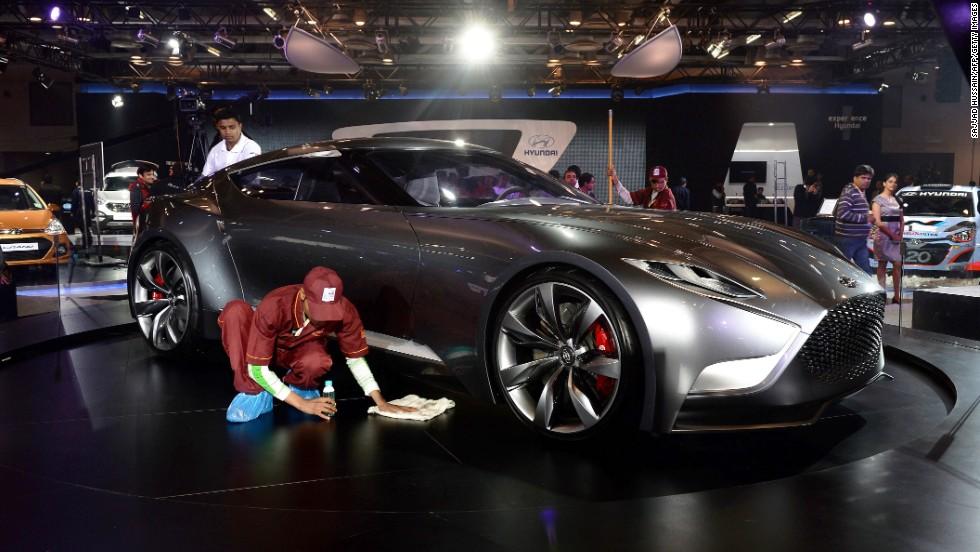 El modelo de concepto futurista Venace, de Hyundai, se muestra aquí mientras pulen el podio en Nueva Delhi.