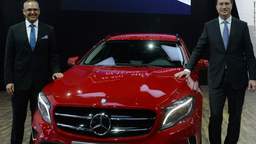 Mercedes-Benz presume su lujoso vehículo compacto GLA en Nueva Delhi.