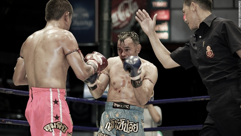 According to official muay Thai rules, fights normally don't exceed five rounds, with each round lasting three minutes.