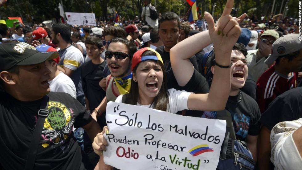 Fue una jornada que se inició de forma pacifica pero que culminó con violencia. El oficialismo salió en respaldo de la gestión Maduro, mientras que la oposición entonó un grito de protesta. Al cierre de la jornada un confuso incidente dio paso a enfrentamientos, en los que al menos dos personas fallecieron y varias sufrieron heridas.